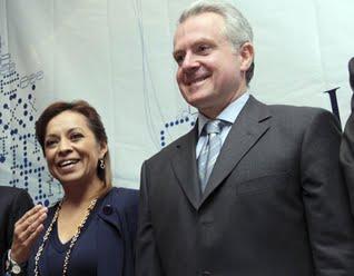 Creel Miranda afirmó que será de 62 pesos, con el aumento de 4.2 por ciento para 2012, mientras que Josefina Vázquez Mota fue auxiliada de inmediato con una tarjeta por sus asesores y respondió que es de mil 794 pesos mensuales.