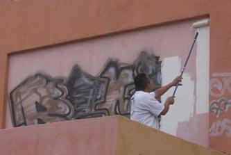 La mañana de este sábado, desde las siete y media de la mañana, estudiantes, funcionarios y comunidad en general se reunieron para participar con labores de limpieza, eliminación de grafiti y pinta de bardas.