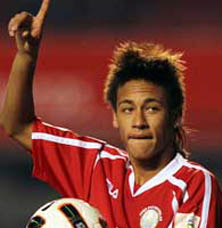 Un total de 247 periodistas de 19 países de América determinaron que Neymar se le adelantara al chileno Eduardo Vargas (Universidad de Chile) y que Tabárez superara al argentino Jorge Sampaoli, campeón de la Copa Sudamericana de futbol con la Universidad de Chile, reveló El País.
