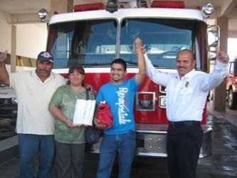 Bomberos de Cabo San Lucas entregan el dinero recabado en el Car Wash en beneficio de Francisco. (Lupita Gómez)