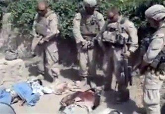 """El vídeo muestra cómo un soldado graba a otros cuatro que orinan sobre tres cadáveres ensangrentados, presumiblemente talibanes, entre risas y chascarrillos. Uno de ellos llega a decir """"ten un buen día, amigo""""."""