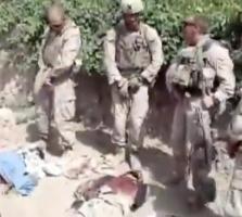 Marines orinando sobre cadáveres de combatientes afganos