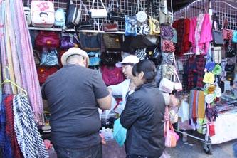 Gorros, guantes, calcetines, camisetas, máscaras, bolsas, carteras, cintos, zapatos, accesorios para celular y comida son los productos más comunes que estos comerciantes ofrecen.