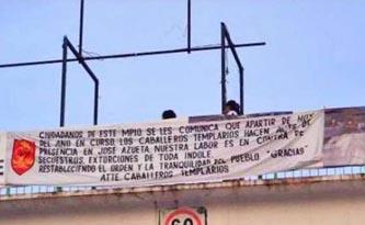 Los mensajes fueron colocados en puentes peatonales de León, Irapuato, Salamanca, San Miguel de Allende, Yuriria, Moroleón y Uriangato, de acuerdo con los reportes de policías locales.