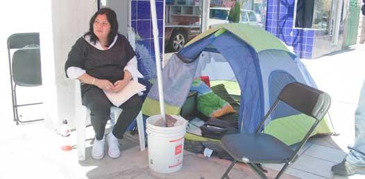 """Ante """"decisiones centralistas"""" continúa Miriam Muñoz su huelga frente a la sede estatal del PAN"""