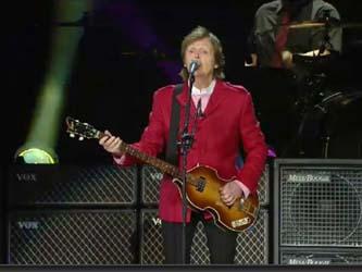 """La solemnidad quedó atrás cuando McCartney gritó """"¡Viva México cabrones!"""", marco perfecto para su siguiente movimiento en el escenario """"La siguiente canción es una que quiero que canten, y para ello quiero invitar a unos amigos""""."""