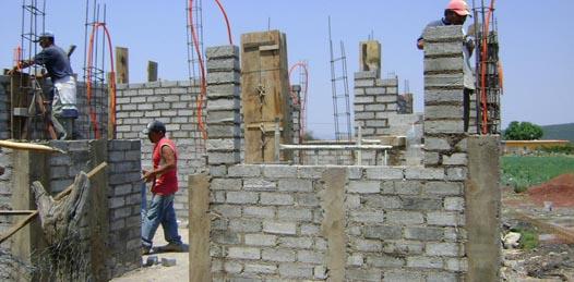 Los beneficiarios deberán contar con una vivienda propia que esté construida por materiales endebles y precarios que pongan en riesgo la salud e integridad de los habitantes para acceder al programa.
