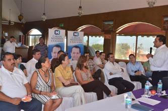 El candidato del PAN al Senado de la República, Carlos Mendoza Davis, en reunión con restauranteros de La Paz, consideró que es prioritario fortalecer al sector empresarial, debido a que es la fortaleza económica de las regiones.