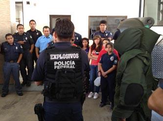 Durante el curso, los participantes recibieron los conocimientos sobre los procedimientos de atención ante las llamadas por amenazas de bombas, los protocolos de seguridad, evacuación, búsqueda de artefactos explosivos, perímetros de seguridad, tipos de explosivos, etc.