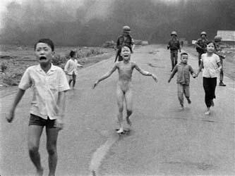 """Phuc salió corriendo por la carretera desnuda, presa del dolor -""""¡muy caliente, muy caliente!"""", gritaba-, con el rostro en llanto, igual que otros de sus parientes. Un momento que inmortalizó el fotógrafo vietnamita Nick Ut, quien cubría la Guerra de Vietnam para la agencia estadunidense Associated Press."""