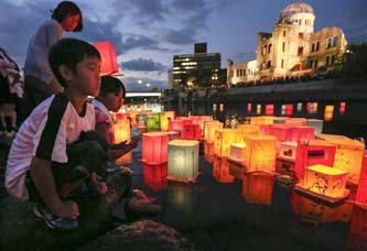 Unas 50 mil personas se congregaron en el parque de la paz de Hiroshima, ubicado cerca de lugar donde ocurrió la explosión de 1945.