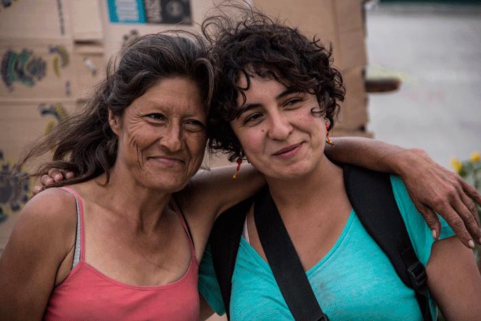 Ana Andrade (derecha)
