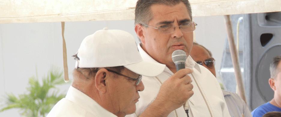"""""""Es penoso"""", dice Osuna Frías, """"porque estamos recibiendo una prestación en abonos""""."""