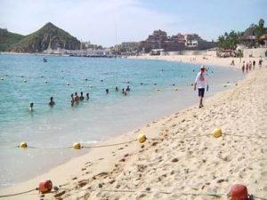 La playa El Médano es la más visitada de Los Cabos.