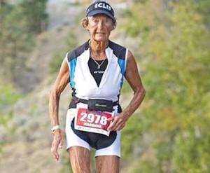 Se trata de una religiosa estadunidense que a los 84 años de edad se ha convertido en la competidora más longeva en las pruebas de triatlón e ironman.