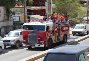 niños conviven con bomberos