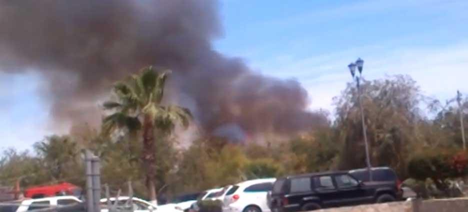 El fuego ha consumido hasta el momento maleza, matorrales secos y palmeras.