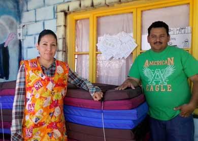 Dora Luz Villavicencio Meza, acompañada de su esposo, Luis Abel