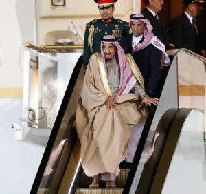 Durante su histórica visita de Estado a Rusia, el monarca Salman Bin Abdulaziz vive un episodio bochornoso debido a una falla mecánica en su escalera eléctrica de oro.