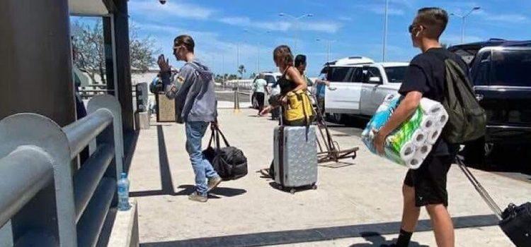 Cargados de papel higiénico regresan turistas a su país